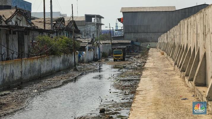 Kondisi lubang dari tanggul pengaman pantai (tanggul laut) yang bocor di kawasan Muara Baru, Jakarta, Senin (29/7/2019)