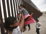 Keceriaan Anak-anak Bermain di Perbatasan AS-Meksiko