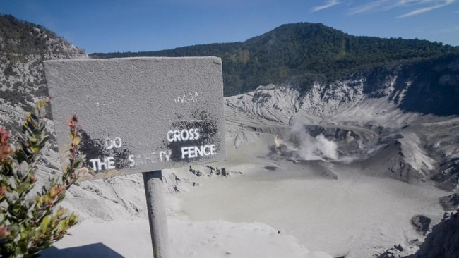 Kawah Gunung Tangkuban Parahu di Kabupaten Subang, Jawa Barat setelah erupsi pada Jumat (26/7) lalu. Hingga kemarin petugas pos pengamatan mecatat amplitudo getaran berkisar di angka 0,5 mm dibandingkan saat erupsi Jumatpekan laluyang mencapai lebih dari 50 mm. (ANTARA FOTO/Raisan Al Farisi/aww)