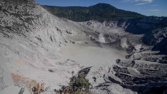 Saat erupsi Jumat lalu, Gunung Tangkuban perahu mengeluarkan kolom abusetinggi kolom abu teramati sekitar 200 meter di atas puncak atau sekitar 2.284 meter di atas permukaan laut. (ANTARA FOTO/Raisan Al Farisi/aww)