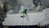 Pengelola Taman Wisata Alam Gunung Tangkuban Parahu menyatakan, Wisata Kawah Ratu Gunung Tangkuban Parahu akan dibuka setelah kawasan wisata tersebut bersih dari debu vulkanik. (ANTARA FOTO/Raisan Al Farisi/ama)