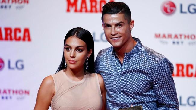 Ronaldo menghadiri acara penganugerahan yang didedikasikan media olahraga Spanyol itu bersama pasangannya Georgina Rodriguez. (REUTERS/Juan Medina)