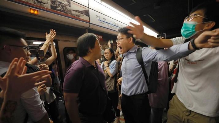 Inilah Pemandangan Saat Pendemo Memblokir MRT di Hong Kong
