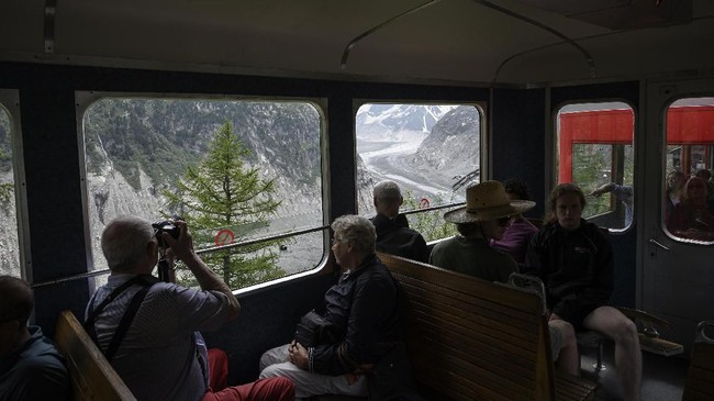 Pendaki di Pegunungan Alpen menghadapi kenyataan yang menyedihkan: tak ada lagi pemandangan salju yang indah. (AFP Photo/Marco Betorello)