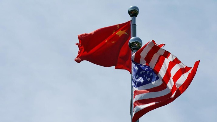 Chinese and U.S. flags flutter near The Bund, before U.S. trade delegation meet their Chinese counterparts for talks in Shanghai, China July 30, 2019.  REUTERS/Aly Song