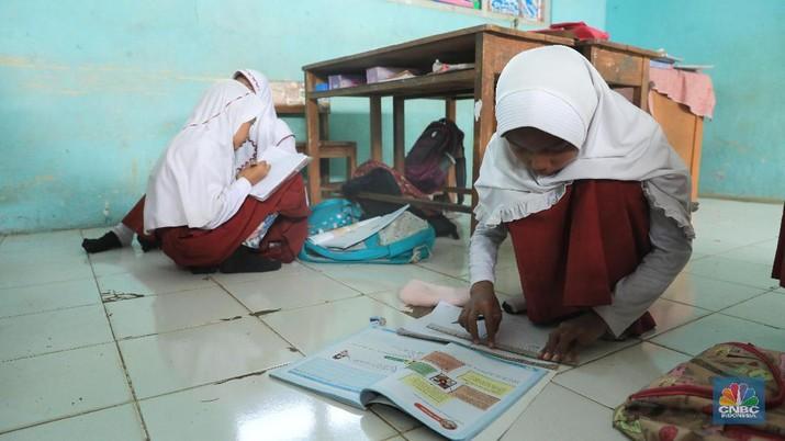 Kasihan Siswa SD Ini Pak Jokowi, Belajarnya Sampai di Lantai
