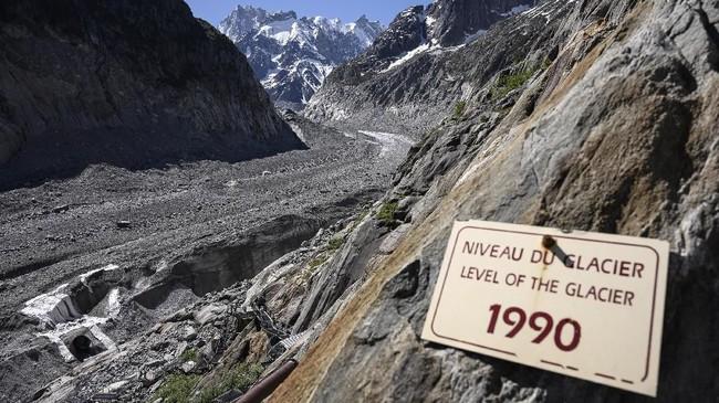 Pemandangan melelehnya salju dari Mont Blanc terlihat dari Chamonix, kota resor terdekat. Impian pendaki untuk mengikuti rute yang dilalui pendaki legendaris asal Italia, Walter Bonatti, seakan pupus sudah. (AFP Photo/Marco Betorello)