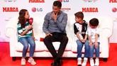 Megabintang asal Portugal itu menjawab pertanyaan dari fan-fan cilik. Termasuk mengenai masa lalu dan kenangan bersama klub-klub yang pernah dibela. (REUTERS/Juan Medina)