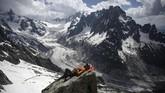 Akibat kerusakan lingkungan yang parah, para pemandu mengatakan bahwa mungkin mereka akan bekerja di gunung ini hanya sampai 15 tahun ke depan. (AFP Photo/Marco Betorello)