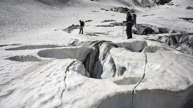 Kekhawatiran tentang dampak musim dingin yang lebih pendek dan musim panas yang lebih panjang membayangi bisnis ski yang menghidupi kota-kota kecil di kaki Pegunungan Alpen. (AFP Photo/Marco Betorello)