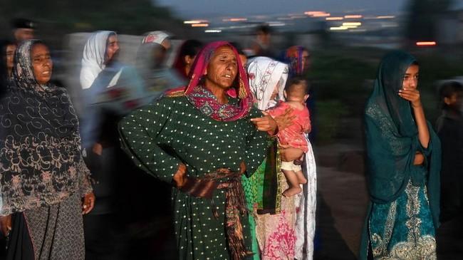 Namun, sejumlah warga terlihat meratap di sekitar puing tersebut, tak percaya bencana semacam ini dapat menimpa kawasan elite tersebut. (AFP Photo/Aamir Qureshi)
