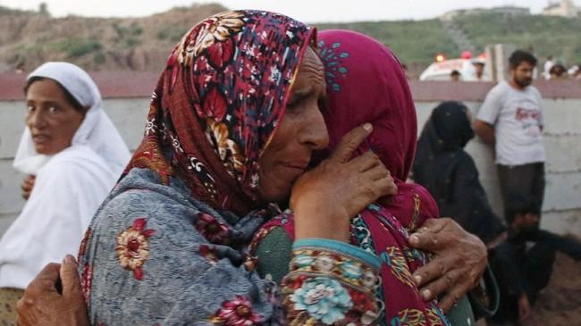 Mereka kian terperangah ketika mengetahui bahwa 10 dari 17 korban yang meninggal adalah warga sipil. (Reuters/Stringer)
