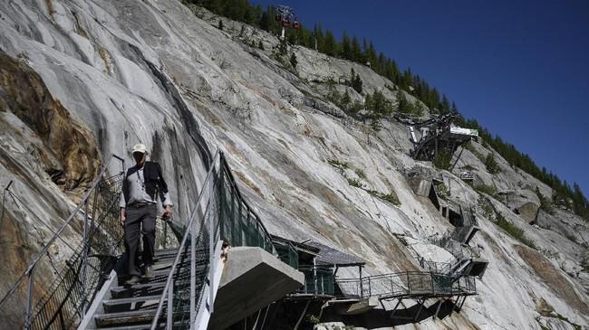 Tangga di area Mer de Glace, Chamonix, gletser terbesar di Prancis. (AFP Photo/Marco Betorello)