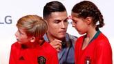 Ronaldo membubuhkan tanda tangan pada jersey yang dikenakan bocah-bocah. (REUTERS/Juan Medina)