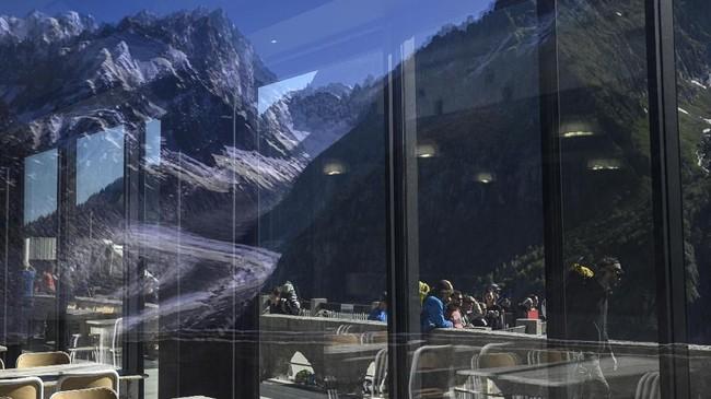 Di area Mont Blanc, magnet bagi pendaki di musim panas, rute pendakian menjadi lebih berbahaya karena banyak batu berjatuhan dari puncak. (AFP Photo/Marco Betorello)