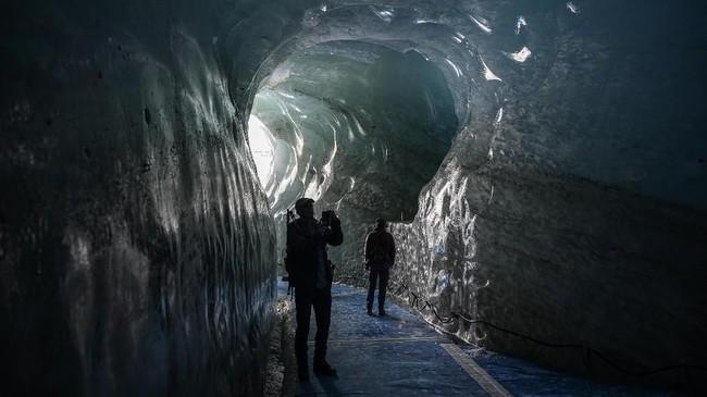 Gua gletser Mer de Glace di Chamonix, selatan Prancis.Bagi para pemandu, kondisi yang tidak dapat diprediksi membuat pekerjaan yang memang berbahaya ini menjadi lebih menegangkan. (AFP Photo/Marco Betorello)