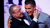 Ronaldo bertemu Florentino Perez yang merupakan orang nomor satu di Madrid. (REUTERS/Juan Medina)