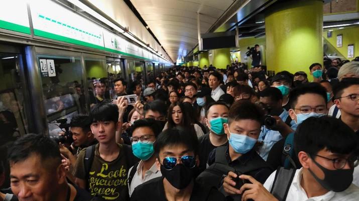 Ratusan pengunjuk rasa Hong Kong memblokir layanan kereta api pada jam sibuk pagi hari Selasa (30/07).