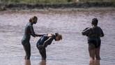 Biaya masuknya hanya 1 euro atau sekitar Rp 15 ribu untuk bisa menikmati lumpur sepuasnya.(NIKOLAY DOYCHINOV / AFP)