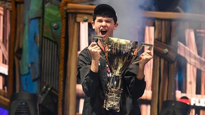 Nama Kyle Giersdorf mendadak tenar. Bocah berusia 16 tahun yang menggunakan nama samaran Bugha di dunia game online baru saja jadi Jawara Fornite World Cup.