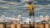 Untuk mengatasi sengkarut anjloknya harga garam, pemerintah akan mengatur harga eceran terendah garam melalui revisi Peraturan Presiden Nomor 71 Tahun 2015 tentang Penetapan dan Penyimpanan Barang Kebutuhan Pokok dan Barang Penting. (ANTARA FOTO/Aji Styawan).