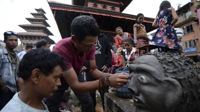 Legenda berkata, iblis bernama Ghantakarna itu meneror penduduk desa setempat dengan menculik anak-anak mereka, baik lelaki maupun perempuan. Nantinya, ia akan meminta tebusan berupa uang atau hadiah lain. (Photo by PRAKASH MATHEMA / AFP)