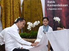Aksi Jokowi Melukis Kain Batik di Stasiun MRT