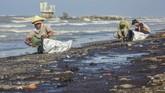 Tumpahan minyak (Oil Spill) yang tercecer di Pesisir Pantai Cemarajaya, Karawang, Jawa Barat, terjadi sejak Jumat (12/7).PT Pertamina Hulu Energi (PHE) menyatakan Insiden bermula saat pengeboran sumur reaktivasiYYA-1.(ANTARA FOTO/M Ibnu Chazar)