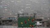 Sebuah layar memperlihatkan aksi ulang pertandingan Rugby antara Kanada dan Brasil selama Pan American Games di dalam stadion di Lima, Peru pada Minggu (28/7). (AP Photo/Moises Castillo)
