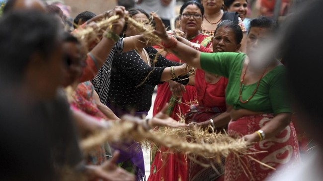 Iblis yang amat ditakuti ini mendapat nama dari lonceng tersebut, karena Ghanta berarti lonceng, dan Karna artinya telinga. (Photo by PRAKASH MATHEMA / AFP)
