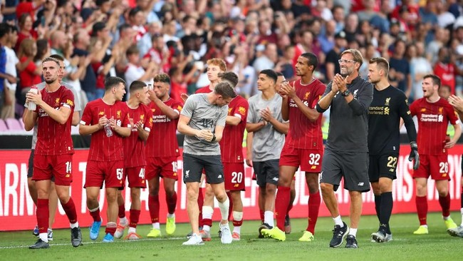 Pemain-pemain Liverpool memberi aplaus kepada para pendukung yang berada di tribune. (REUTERS/Denis Balibouse)