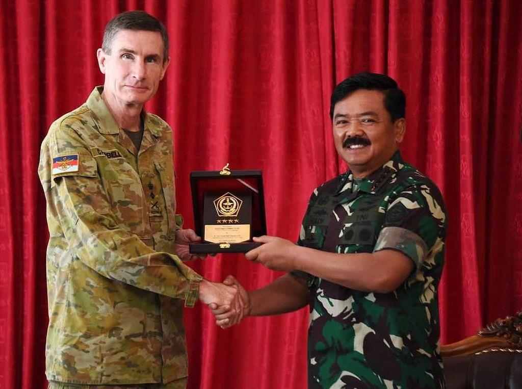 Hadi Tjahjanto dan Angus Campbell berjabat tangan saat melakukan pertemuan di Yogyakarta. Istimewa/Puspen TNI