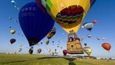 Lebih dari 400 balon udara lepas landas dari pangkalan udara Chambley-Bussieres, Prancis Timur dalam rangka memecahkan rekor dunia pada Senin (29/7). (AFP / Jean-Christophe Verhaegen).
