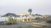 Pemerintah Kabupaten Karawang menutup sementara tempat wisata pantai di Karawang untuk mencegah kesehatan warga terdampak air laut yang tercemar tumpahan minyak mentah (Oil Spill) milik Pertamina yang tercecer di pesisir laut Karawang. (ANTARA FOTO/M Ibnu Chazar)