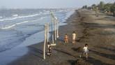Sejumlah anak bermain di Pantai Samudera Baru, Karawang, Jawa Barat, 25 Juli 2019. Blok ONWJ, tempat asal minyak bocor, berada sekitar 7 mil laut dari pesisir utara Karawang. (ANTARA FOTO/M Ibnu Chazar)