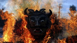 FOTO: Api yang Rayakan Kematian Iblis Ghantakarna di Nepal