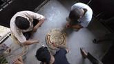 Festival yang digelar pada 'trayodashi' atau hari ketiga di bulan Shrawan, yaitu Juli atau Agustus, juga memiliki nama lain yakni Ghantakarna Chaturdasi. (Photo by PRAKASH MATHEMA / AFP)