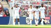 Liverpool kebobolan dalam waktu cepat. Menit keempat gawang Alisson dibobol Memphis Depay dari titik putih. (REUTERS/Denis Balibouse)