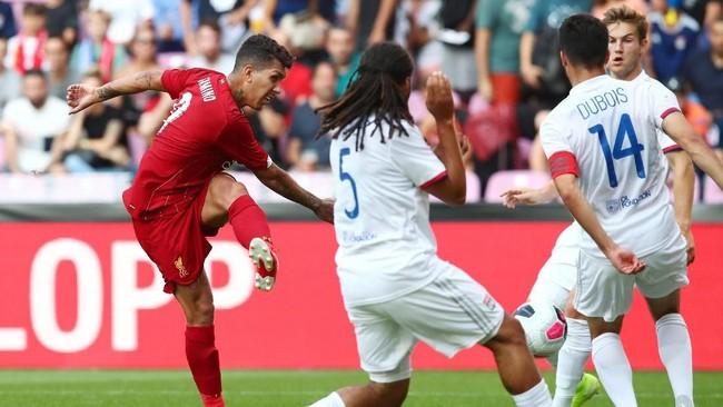 Roberto Firmino, yang baru kembali memperkuat Liverpool setelah Copa America, mencetak gol balasan untuk Liverpool pada menit ke-17. (REUTERS/Denis Balibouse)