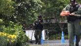 Dua paket tersebut dilaporkan disimpan di seberang jalan gedung pertemuan ASEAN yang juga berdekatan dengan sebuah pos polisi. (REUTERS/Soe Zeya Tun)