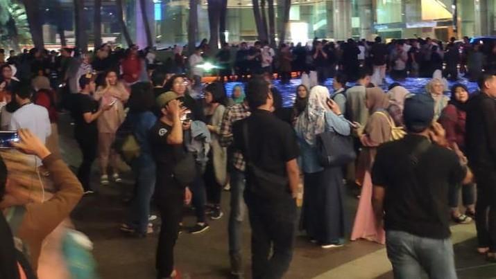 Masyarakat di Indonesia harus mulai berhati-hati untuk mengungkap dan menyebar data pribadi orang lain.