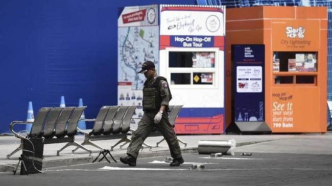 Kepolisian Bangkok mendapat laporan ada paket mencurigakan di dekat lokasi pertemuan. Polisi langsung mengerahkan tim penjinak bahan peledak. (Photo by Lillian SUWANRUMPHA / AFP)