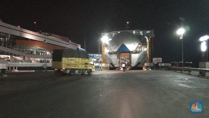 Bongkar muat di pelabuhan merak tetap berjalan (Sumber foto ASDP)