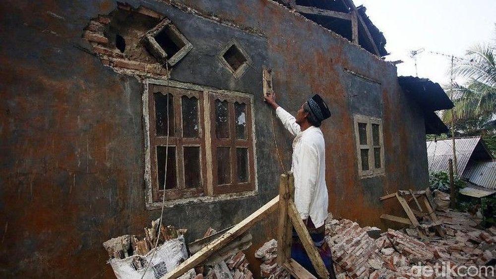 Warga melihat kerusakan yang menerpa rumahnya akibat gempa di Desa Panjang Jaya, Mandalawangi, Pandeglang, Banten, Sabtu (3/8/2019). Gempa bumi berkekuatan M 6,9 (sebelumnya M 7,4) yang berpusat di Banten, Jumat (2/8/2019). (detik.com/Agung Pambudhy)