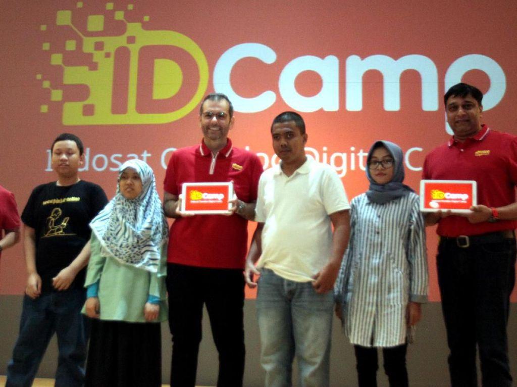 President Director & CEO Indosat Ooredoo, Ahmad Abdulaziz A A Al-Neama (kedua kiri) bersama Director & Chief Operating Officer, Vikram Sinha (ketiga kiri), Director & Chief Human Resource Officer, Irsyad Sahroni (kiri) serta perwakilan komunitas developer saat peluncuran IDCamp Indosat Ooredoo di Jakarta, Jumat (2/8/2019).