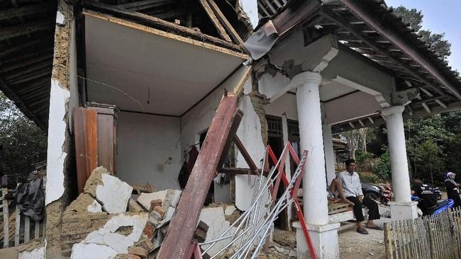 Warga duduk di rumahnya yang rusak akibat diguncang gempa di Kampung Karoya, Mandalawangi, Pandeglang, Banten, Sabtu (3/8/2019). (ANTARA FOTO/Asep Fathulrahman)
