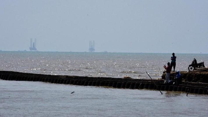 Pertamina Hulu Energi Offshore North West Java telah mengerahkan 45 kapal untuk mengatasi dan menghentikan tumpahan minyak di lepas Pantai Karawang.
