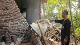 Warga menunjukkan bagian rumah yang rusak akibat gempa di Kampung Bojong, Pandeglang, Banten, Sabtu (3/8/2019). (ANTARA FOTO/Weli Ayu Rejeki)