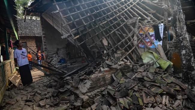Seorang warga yang melihat kerusakan rumahnya di daerah Pandeglang pasca Gempa Banten 6,9 SR. (RONALD SIAGIAN / AFP)