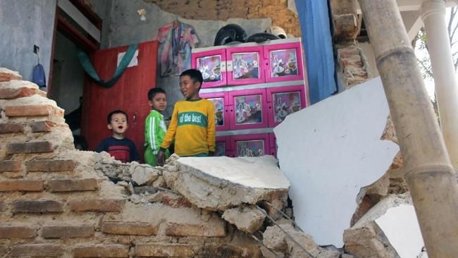 Sejumlah anak beraktivitas di dalam rumah yang rusak akibat gempa di Kampung Bojong, Pandeglang, Banten, Sabtu (3/8/2019). (ANTARA FOTO/Weli Ayu Rejeki)